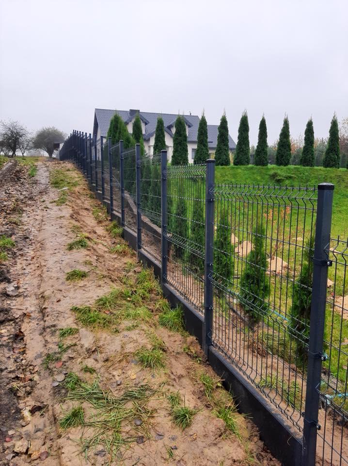 Nierówny teren ? To nie problem, tutaj również ogrodzenie panelowe sprawdzi się doskonale.